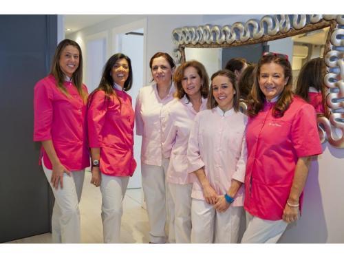 Dra. Isabel Herrero Torres, Dra. Isabel De Larroque y Dra. Carolina De Larroque con equipo auxiliar en Clínica Dental Dra. Herrero
