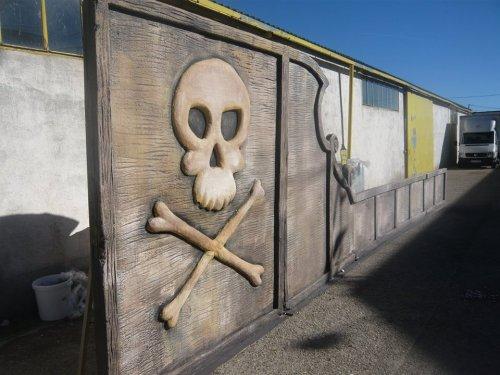 Decorados realizados en porex para teatro, cine, eventos. Frontal de barco pirata para musical Peter Pan