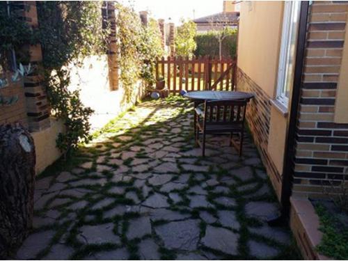 Diseño de jardines: instalación de pizarra en jardín y realización de puerta de madera