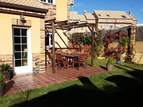 Diseño de jardines: realización de jardín con porche y terrazo en gres