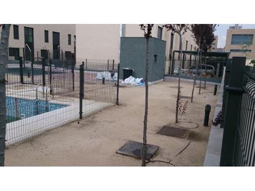 Jardines: instalación de césped artificial en urbanización