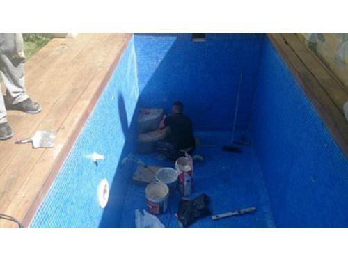 Piscinas: construcción de escalón y barnizado de playa
