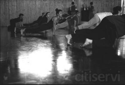Sesión diaria de entrenamiento y mantenimiento corporal para actores y bailarines profesionales o aficionados.  La idea es tener el cuerpo, en su integridad psico-físico emocional,  entrenado a  diario  para poder disponer, a la hora de crear, de toda