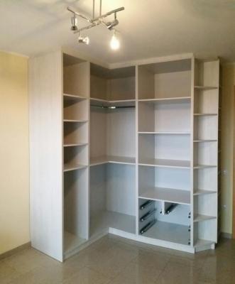 Llámanos para las medidas de tu armario encastrado, interior y puertas correderas en laminado según color a elegir.