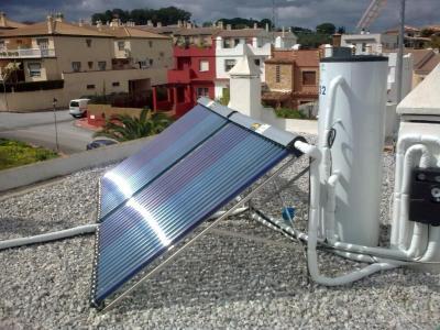 Suministro e instalación de un equipo de energía solar térmica, de 300 L. de capacidad. Totalmente instalado y funcionando, incluye: * Instalación con tubo de acero inoxidable, max. 10 m de separación entre acumulador y paneles. * Válvula reductor