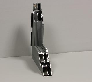 Ventana de dos hojas abatibles, fabricadas en aluminio lacado en blanco, serie Aluprom 36 R.P.T. (europea de 60mm con rotura de puente térmico), de 1,00 x 1,10. Acristalamiento con climalit 4-24-4 planitherm. Persiana de aluminio térmico y cajón de p.v