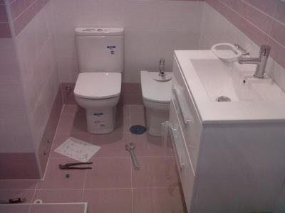 PROMOCIÓN: Reforma completa de cuarto de baño: 3000 euros  Demolición y desescombro de baño + contenedor residuos Instalación fontanería con NUEVOS sanitarios: -Nuevo Inodoro blanco porcelana -Nuevo Mueble lavabo + encimera + espejo -Nuevo plato de