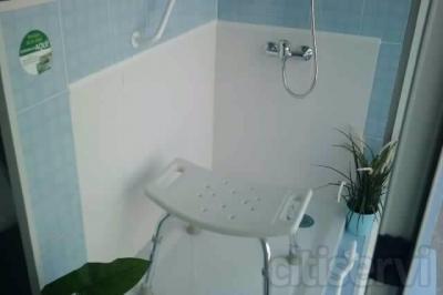 BAÑERA POR DUCHA -desmontaje de bañera existente,max.120x70. -retirada de escombros a punto limpio. -colocacion de plato de ducha acrilico anti-resbalante en color blanco y medida max. 120x70x6. aplacado en la zona afectada de plaquetas ceramicas en