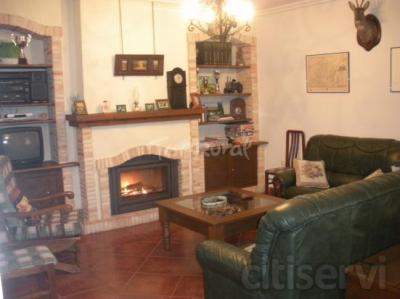 Crisalva es una casa de alquiler íntegro que se encuentra en la Provincia de Ciudad Real, a 1:30 hora de Madrid y enlazada por autovía. Es una casa con cuatro dormitorios, salón comedor de aprox. 40 metros con chimenea y a doble altura, patio manchego,