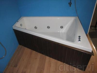 La bañera Atenea cuenta con una gran amplitud interior con sus medidas de 170 de largo por 130 de ancho en la parte más amplia. Cuenta con diversos chorros laterales y frontales, con el faldón de la bañera en color madera wengué.