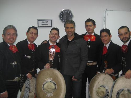 Mariachi Mexicolombia, acompañando a Alejandro Fernández