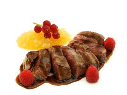 Magret de pato con salsa de frambuesas