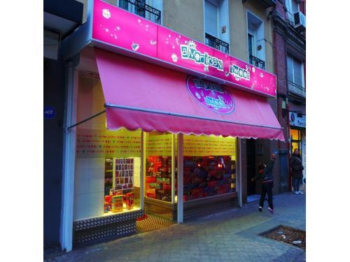 Rotúlo retroiluminado en rosa, con toldo con logo central en rosa, escaparate restaurado con cenefa de vinilo con diseño American Sweet y zócalo de chapa grecada (obra realizada mientras era socio de arkimarket)