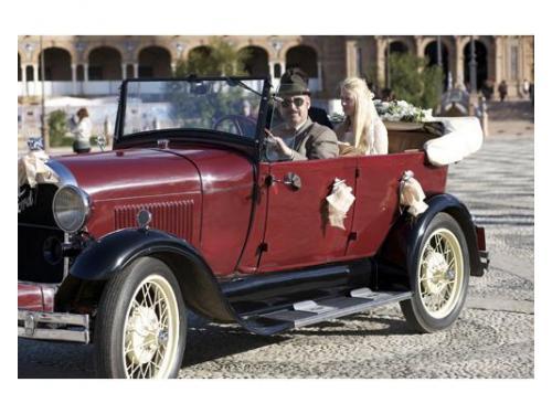 La novia llega en un vehículo antiguo