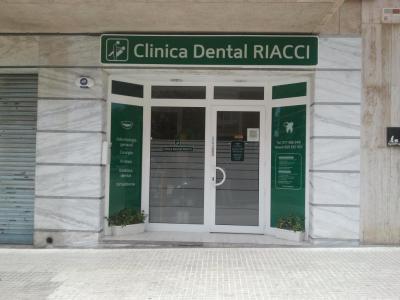Que incluye con su visita a este centro ,aparte de una atención personalizada : Primera consulta y diagnóstico especializado gratis. Y la posibilidad de descubrir  nuestros  tratamientos dentales de los cúales nos sentimos orgullosos. Así como informa