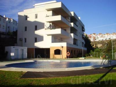 AMIGOPROP, Riviera Del sol, entre Marbella y Fuengirola. Apartamento de buen tamaño en primera línea del golf en la zona buscada que es Riviera del Sol, 2 dormitorios dobles, 2 baños, suelos de mármol, aire acondicionado, cocina independiente y equipa
