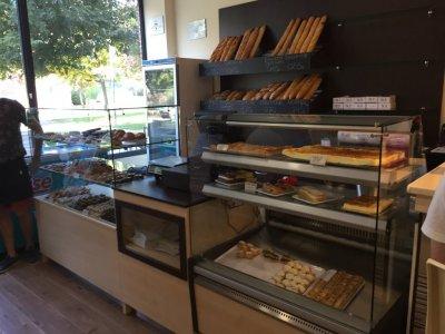 CobaMaq, empresa instaladora de muebles de panader�a y pasteler�a, tiene en oferta despacho de pan completo, de su exposici�n. Mueble Panera trasero, de 1200 x 550 x 2400, con recogemigas, luces, espejo, y bajo con puertas correderas. Vitrina expositora r