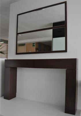 Recibidor compuesto de Espejo y Mueble en madera de Wengué.  Medidas del mueble (mm) 1400 An x 225 Prof x 805 Al Medidas espejo (mm) 1010 An x 90 Al   Recibidor a precio de saldo por renovación de exposición. Además te regalamos el espejo.