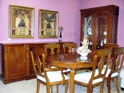 Muebles de salón de madera natural de cerezo y marquetería. El precio incluye el aparador, vitrina, mesa elíptica y 2 sillones con 4 sillas.