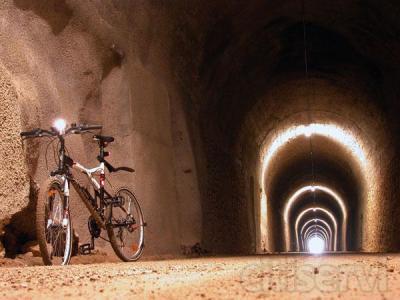 Disfruta de la experiencia de recorrer en bicicleta de montaña la Vía Verde de la Sierra, además de dormir en el precioso pueblo de Coripe (Sevilla).  Todo un fin de semana:  - 2 noches en Apartamento Rural con cocina. - Desayuno continental - Al