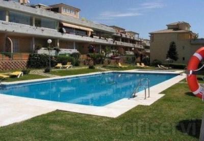 AMIGOPROP, Marbella, Las Mimosas de Cabopino, Lujoso y amplio ático, 2 dormitorios situado en un hermoso complejo, precioso jardín y piscina comunitaria , garaje subterráneo y ascensor. La propiedad se vende amueblada y está a sólo unos minutos a pie