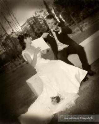 ¿Os casais durante el año 2013?  Tan sólo teneis que contratar vuestra boda con nosotros antes del 14/02/2013 y, sí, os regalamos una sesión de estudio para el dia de los enamorados.  Un recuerdo inolvidable y una manera de poder conocernos más