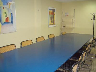 Sala para reuniones capacidad 12 px con wifi, posibilidad de medios audio visuales.