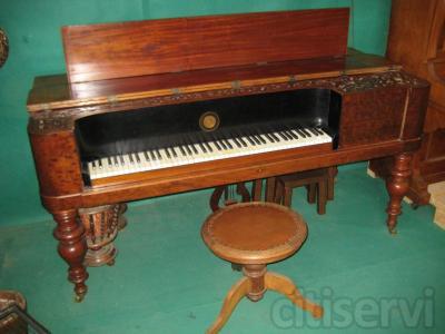 Piano de madera de segunda mano afinado y en perfecto estado.