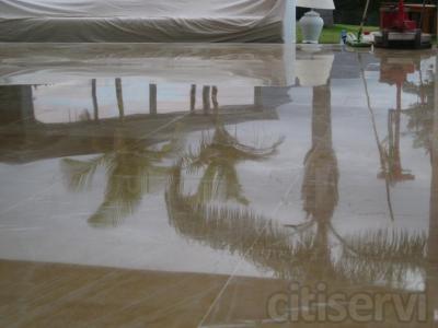 Pulir y abrillantar marmol es muy importante tanto para los exteriores, como para los interiores, para proteger el suelo tanto contra la intemperie (lluvia, sol), como para conseguir un excelente efecto estético de suelo brillante y nuevo.