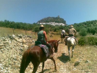 ¿Quieres montar a caballo? Te ofrecemos paseos por el entorno de la Via Verde de la Sierra y los Pueblos Blancos de Cádiz, alojándote en el precioso pueblo de Olvera.  Todo el fin de semana:  - Dos noches de alojamiento en hotel 2*  - Desayuno co