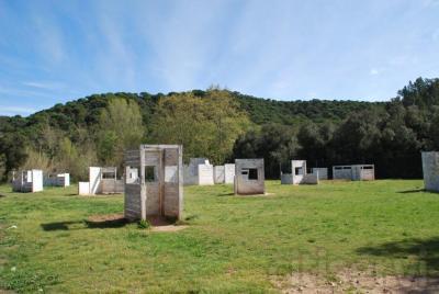 jugar a paintball, en nuestras instalaciones, 4 campos de juego, 2 de bosque + 2 de obstaculos, se juega en los 4 campos. vestuarios con duchas y lavabos. Zona restaurante.