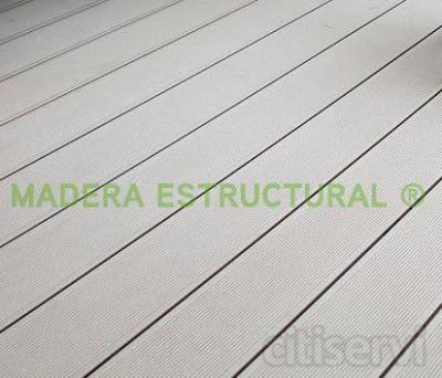 Tarima de madera tecnológica (o composite) para exterior de UPM Profi Deck, colocada sobre rastreles de madera composite y plots. Las lamas tienen una sección de 150 x 28 mm. De bajo mantenimiento.