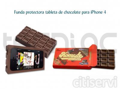 Con esta funda en forma de tableta de chocolate convertirás tu iPhone 4 en el dispositivo más dulce. Se mantiene en horizontal para que veas tus vídeos favoritos de la forma más sencilla ¡¡Y no se derrite si la dejas al sol!! / Diseño: tableta de c