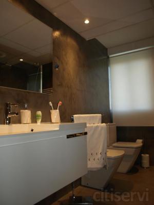 Ahora puedes cambiar tu bañera por ducha o reformar todo tu baño y cocina sin quitar las baldosas. Se puede aplicar sobre casi cualquier superficie.  Es ideal para platos de ducha sin juntas ni bordillos.   Y 43 colores para elegir.  Infórmate co