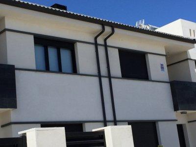Canalones Valemar 2000 es una empresa ubicada en Madrid,Ciempozuelos,dedicada a la instalación de canalones de aluminio,zinc y cobre natural en Madrid,Toledo y Guadalajara.   Se fabrica a la medida exacta que requiera la instalación (hasta 30 m)  y en el