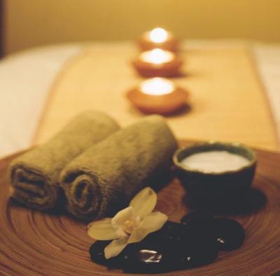 Masaje con aceite relajante, posteriormente se aplica ventosa caliente y se desliza por la zona.    Duración 40 minutos.    Produce una sensacion de dolor moderado lo que posteriormente se traduce en una relajación dermo-muscular, el uso de aceite con