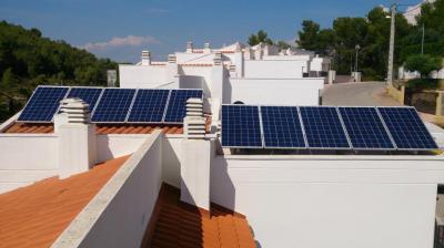 Produce tu propia electricidad y deja de comprar hasta el 70% de la luz a las eléctricas.  Instalación de 2,5 kWp a partir de 127 € al mes (5.750 € + IVA). (Otras potencias consultar).  El autoconsumo de electricidad es legal en España, no tiene pe