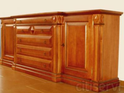 Bufet realizado en madera maciza de tilo y chapa de cerezo, teñido en color nogal claro. Medidas 240cm largo x 90cm alto.