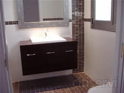· 22 m2 Azulejos de 1era. Calidad a elegir entre 100 modelos. · Cenefa de azulejos decorativa. · 5 m2 Suelo-Gres de 1era. Calidad a elegir entre 70 modelos. · Lavabo porcelana blanco, para encastrar en mueble. · Inodoro porcelana blanco marca Roc