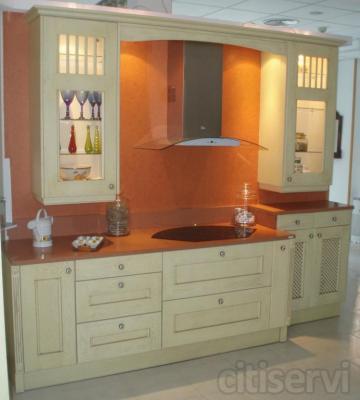 Consta de muebles en roble macizo lacados en crema, encimera Silestone Naranja fuego de 3 cm, campana decorativa Teka de cristal y vitrocerámica Teka de diseño