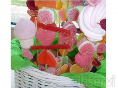 De regalo en cada celebración de grupo una cesta con brochetas de golosinas para acabar la velada con un toque de dulzura.