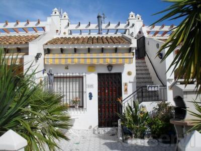 Vivienda adosada en la urbanización Villacosta cerca de Villamartin y Campoamor con 50 m2 habitables, 1 dormitorio, 1 baño, cocina abierta, terraza delantera y copletamente amueblado. Muy cerca de piscina pública y de todos los servicios. La playa de C